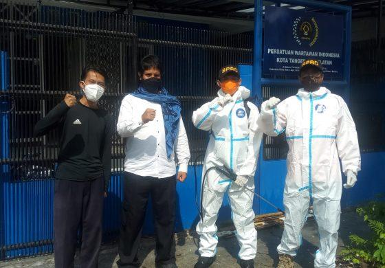 Tekan Peningkatan Covid-19, Sekretariat PWI Disemprot Disinfektan DPBD Tangsel